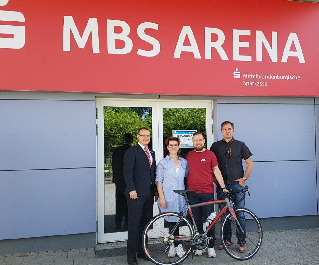 MBS-Fahrradtage 2018: Übergabe des Fahrrades an die Gewinnerin der Verlosung Nicole Krüger aus Oranienburg durch Steffen Blochwitz, dem sportlichen Leiter des LKT-Teams (r.)