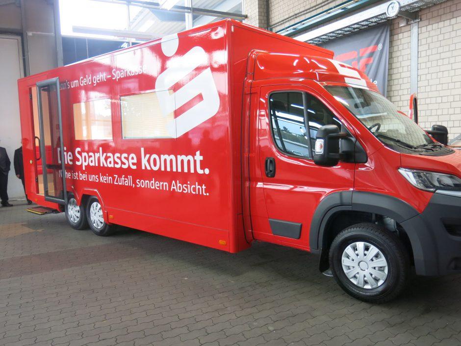 Mobiles Banking auf 6 Rädern – Neuer Sparkassenbus geht auf Tour