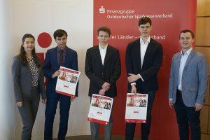 Planspiel Börse: Auszeichnung zum 2. Platz an Team REEEEEEEE unter Begleitung zweier MBS-Mitarbeiter
